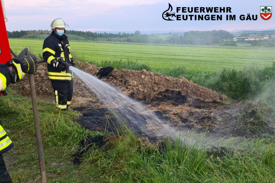B3 brennt Strohhaufen Eutingen